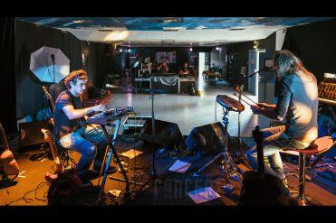 Photo de Swallow préparant son concert avec l'ingé son Régis et l'ingé lumière Jimi